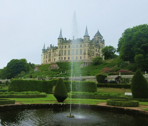 Dunrobin Castle w fountain